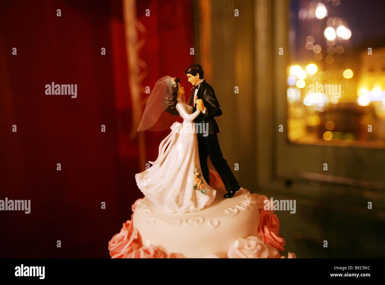Figuren Der Braut Und Brautigam Schmucken Eine Hochzeitstorte Bei