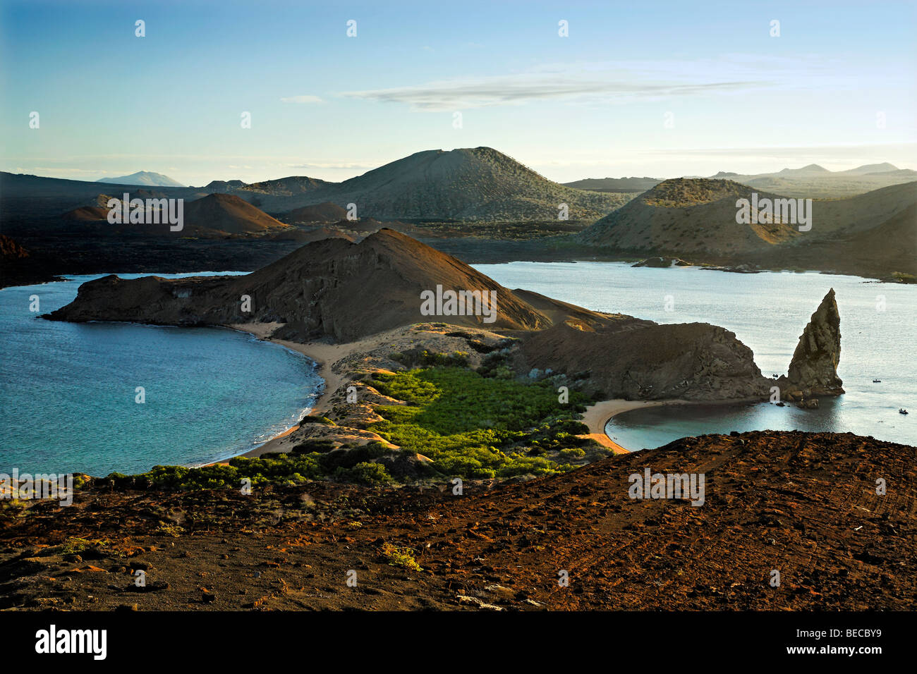 Blick auf Sullivan Bucht mit Strand, Pinnacle Rock und Santiago Insel am Horizont, Bartolomé Insel, Galapagos Stockbild