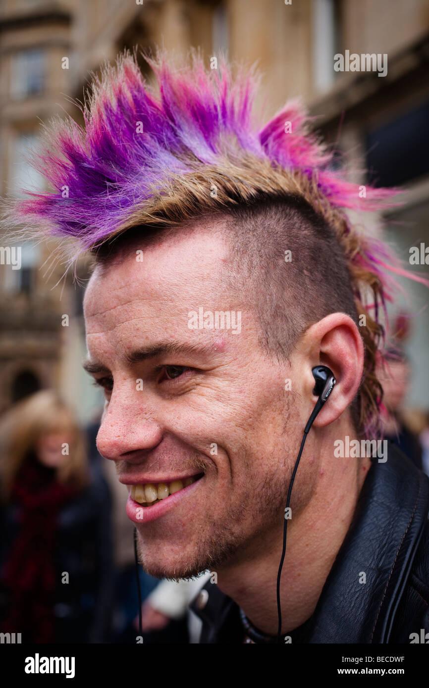 Junge Punk Mann Mit Farbigen Und Stachelige Haare Glasgow Schottland Stockfotografie Alamy