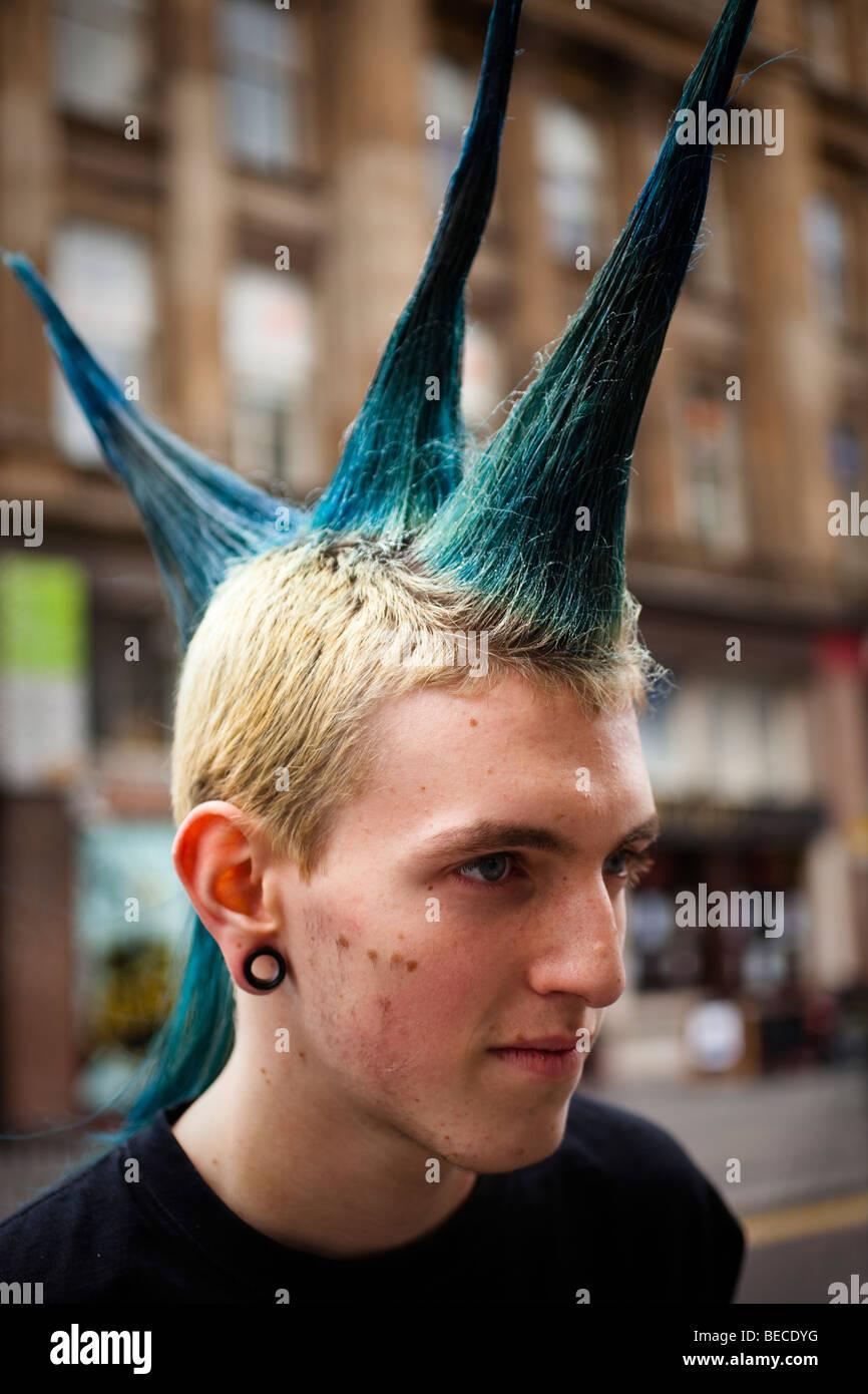 Junge Punk Mann Mit Farbigen Und Stachelige Haare Im Stadtzentrum Von Glasgow Fotografiert Stockfotografie Alamy