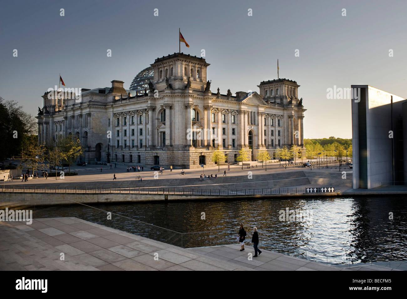 Reichstagsgebäude, Spree entlang, Berlin, Deutschland, Europa Stockbild
