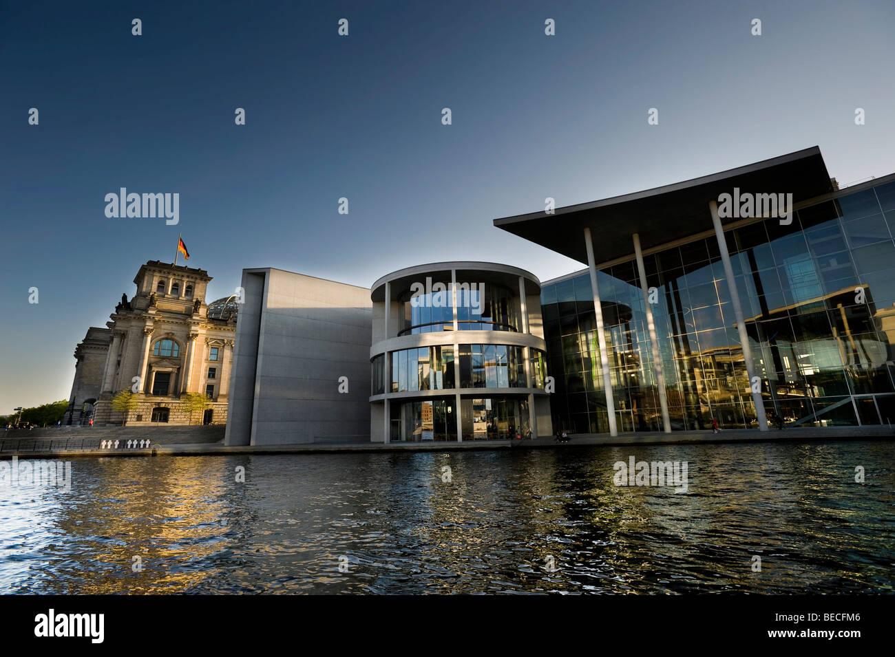 Reichstagsgebäude und Paul Loebe Haus, Spree entlang, Berlin, Deutschland, Europa Stockbild