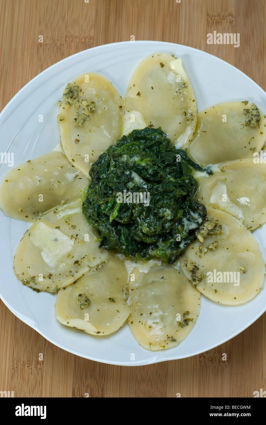 Nudeln Quadrate gefüllt mit Ricotta und Spinat mit Gorgonzolakäse Stockbild