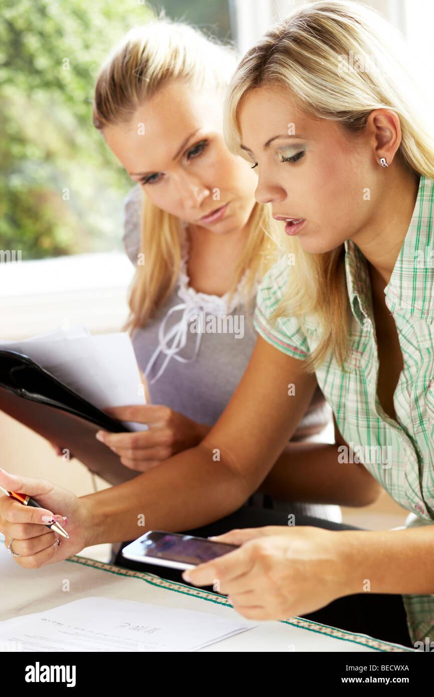 2 Mädchen arbeiten, Finanzen Stockbild