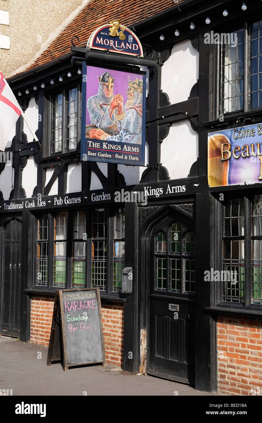 Kneipe, Wappen der Könige einen traditionellen englischen Ale House, England, Vereinigtes Königreich. Stockbild