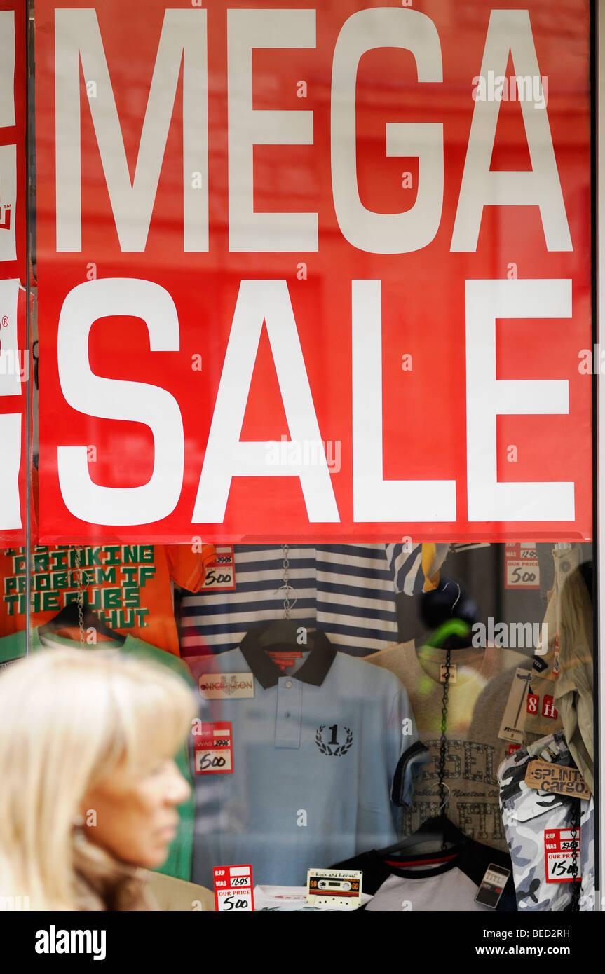 Verkaufsschild in einem High Street Shop Fenster, Oxford, England, Vereinigtes Königreich. Stockbild