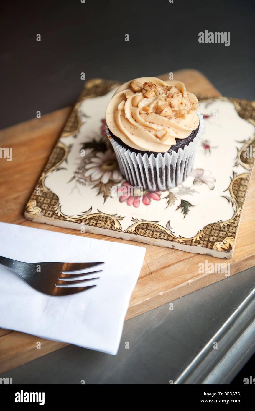 Ein Peanut Butter Cupcake und Espresso-Kaffeemaschine im Herzen Buchanan Deli und Café auf Byres Road im West Stockbild