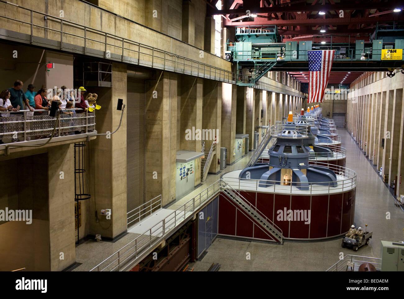 Besucher sehen Hoover Dam oberen Generatorraum während der Einnahme einer Führungen durch die Struktur Stockbild