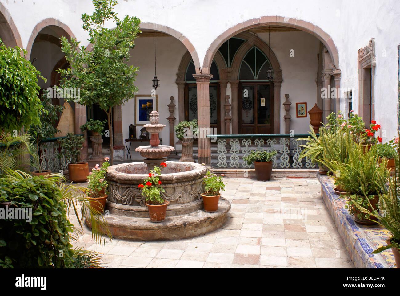 Spanischer Innenhof innenhof eines spanischen kolonialen hauses in san miguel de allende
