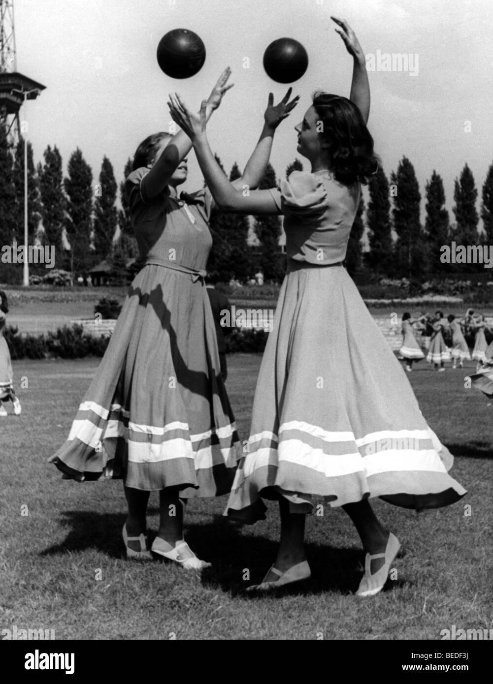Historisches Foto, zwei Frauen spielen ball, um 1940 Stockbild