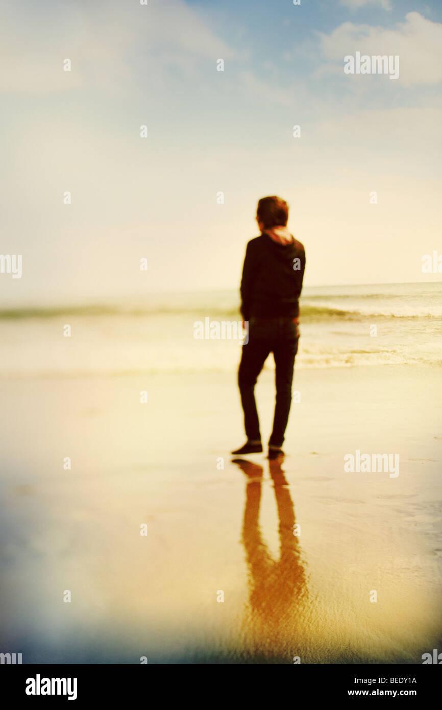 Junge am Gewässerrand Stockbild