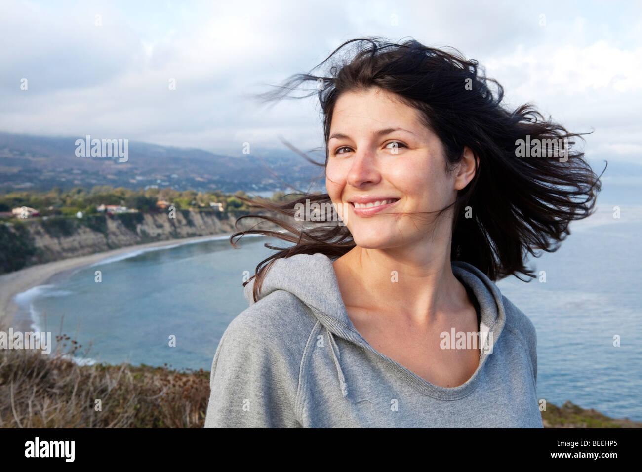 Porträt einer jungen Frau über einem Strand in Malibu in Los Angeles, Kalifornien, USA Stockfoto