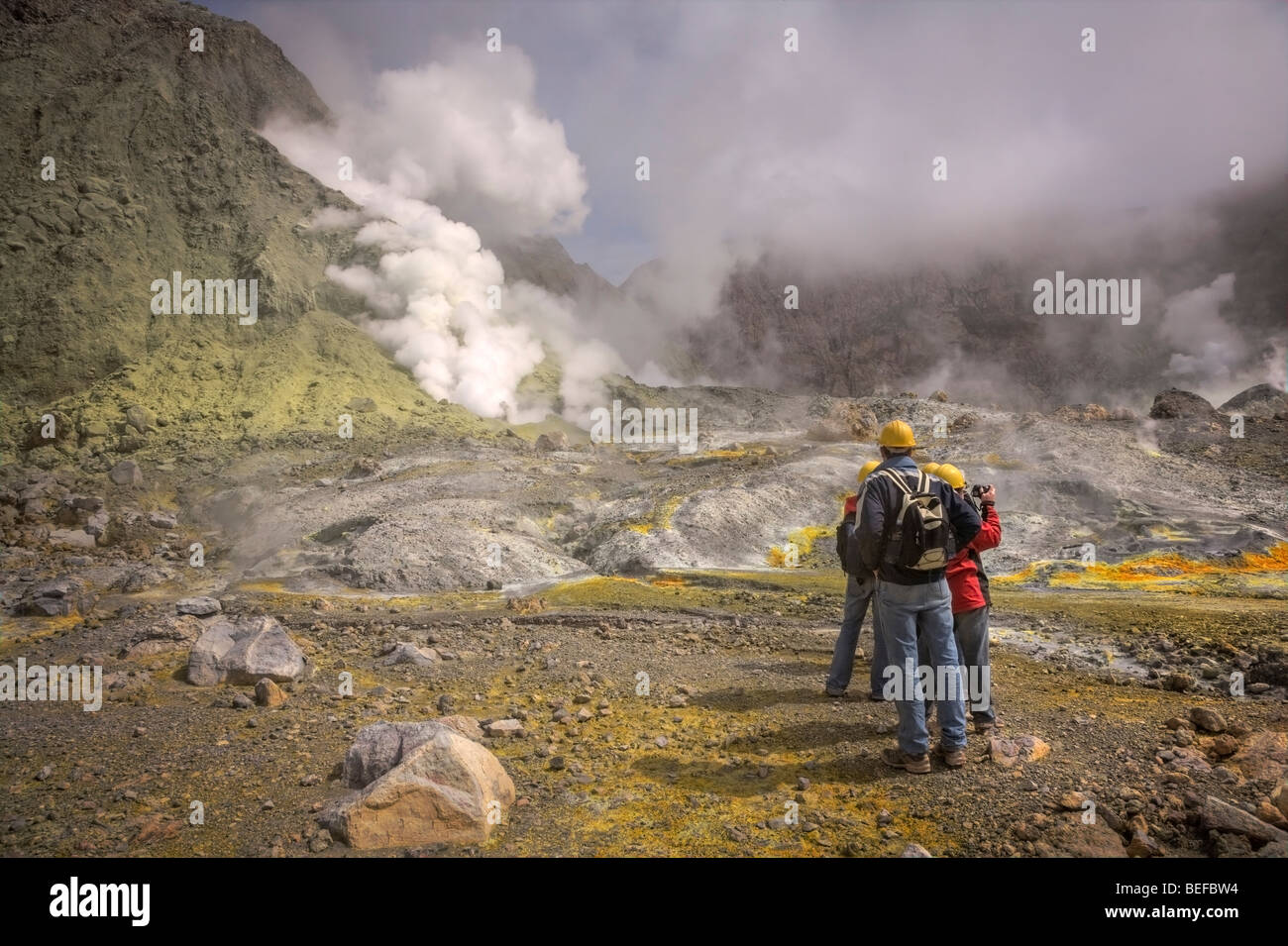 Touristen auf White Island, Bay of Plenty, New Zealand Stockbild