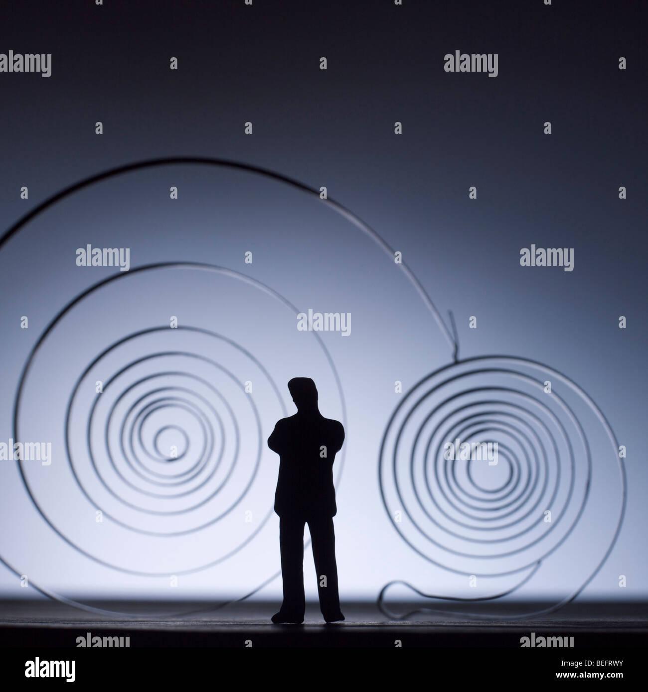 Kreativität / Ideen / Erfindung / Innovation / Industrie / Produktion Konzept - Metallspiralen und Geschäftsmann Stockbild