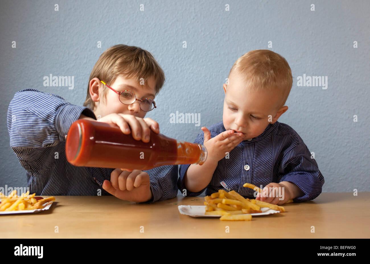 Kinder Essen Pommes Frites Mit Ketchup Stockbild