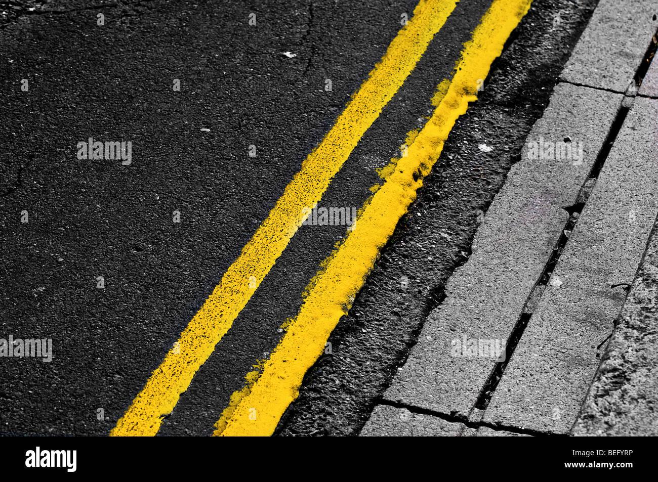 Doppelte gelbe Linien Stockfoto
