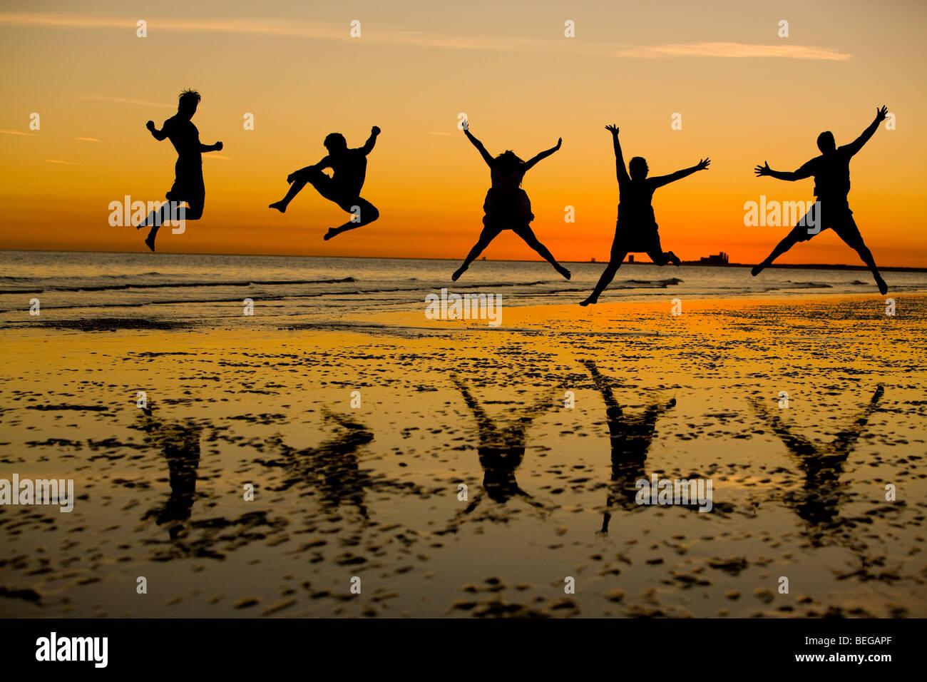 Freunden eine gute Zeit am Strand zu genießen. Stockbild