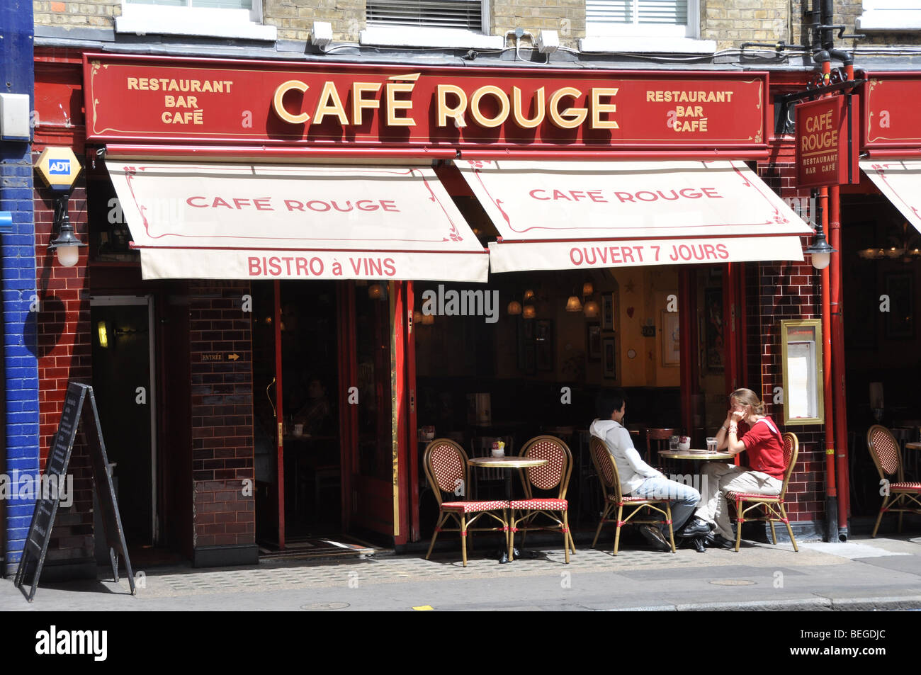 Eine Filiale der Restaurantkette Cafe Rouge in Bogen St Covent Garden London UK Stockbild