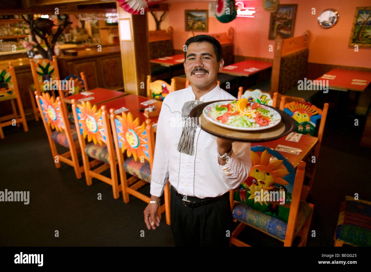 Männliche mexikanische Kellner hielt ein Tablett mit Essen im Fiesta Mexicana Restaurant, Salida, Colorado, Stockbild