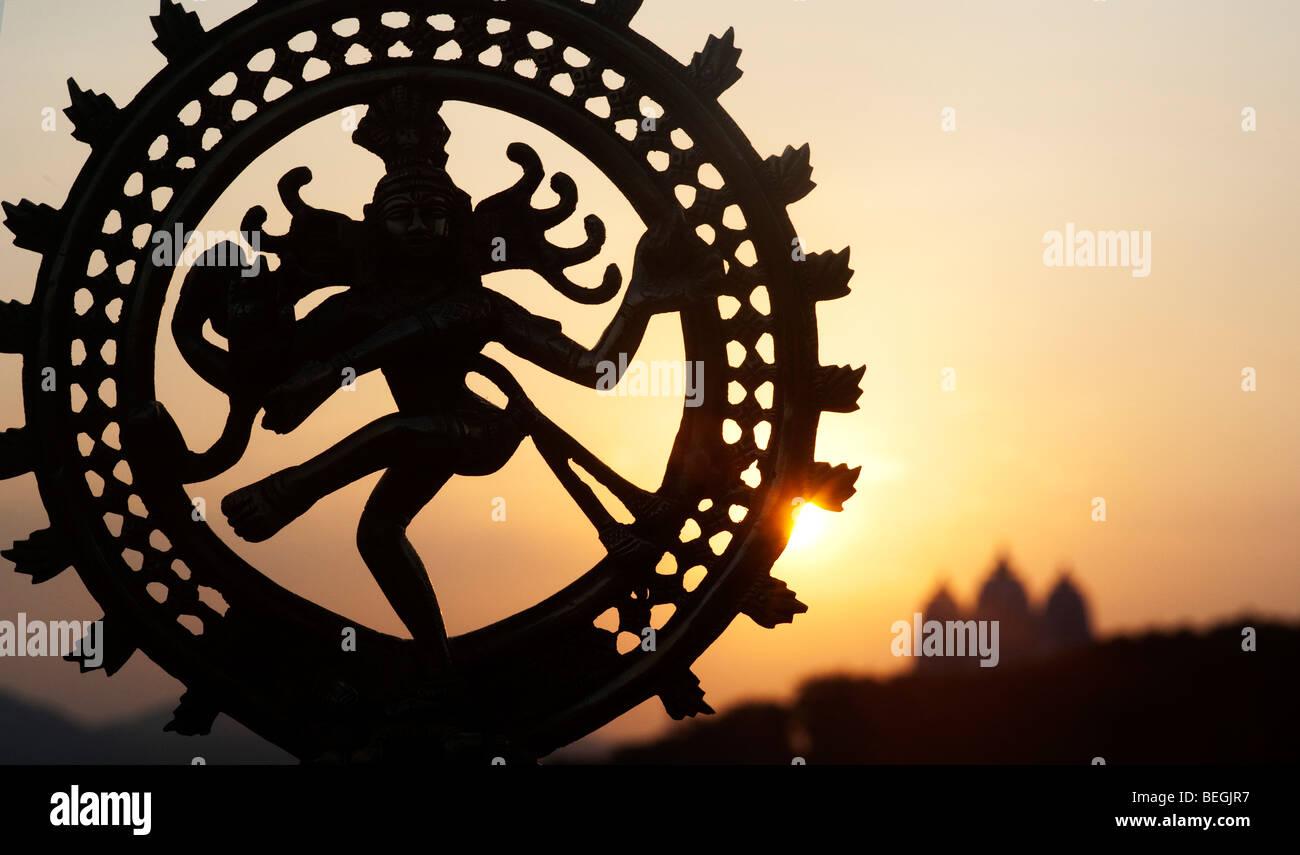 Tanz Lord Shiva Statue, Nataraja Silhouette, gegen einen indischen Tempel sunrise Hintergrund. Puttaparthi, Andhra Stockbild