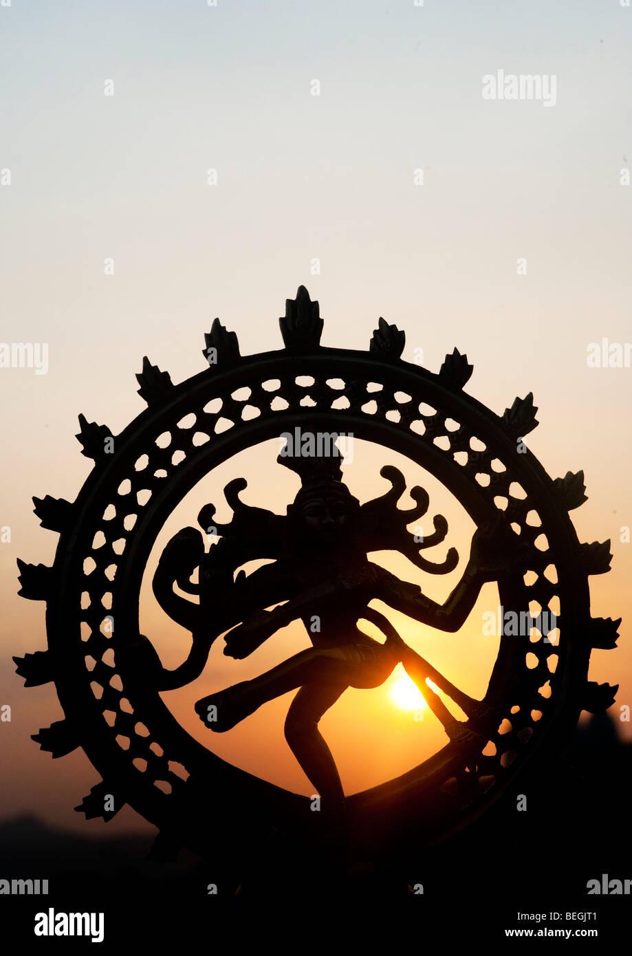 Tanz Lord Shiva Statue, Nataraja Silhouette, gegen eine indische Sonnenaufgang. Puttaparthi, Andhra Pradesh, Indien Stockbild