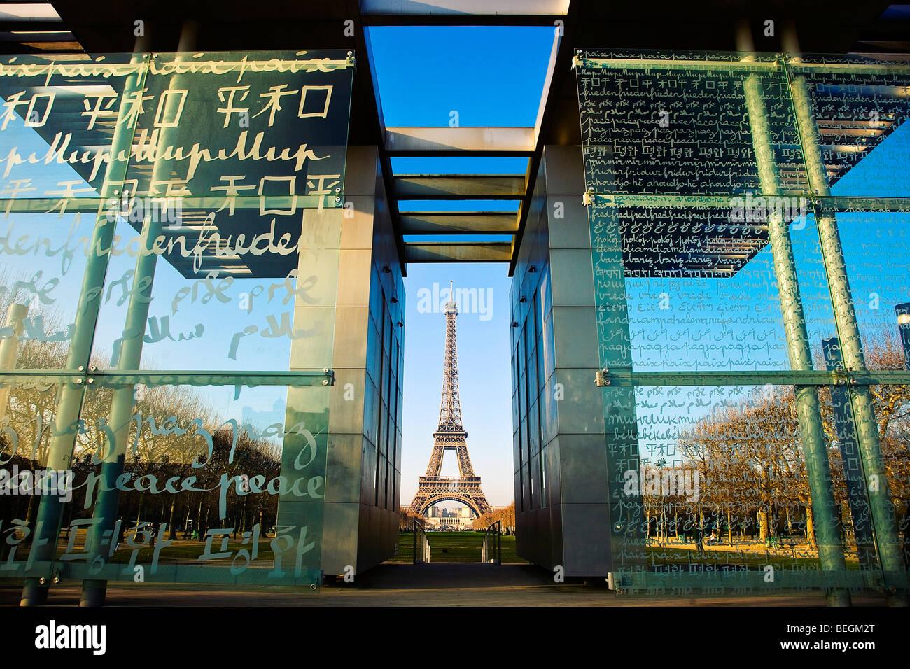FRIEDENSMAUER UND EIFFELTURM, PARIS Stockbild