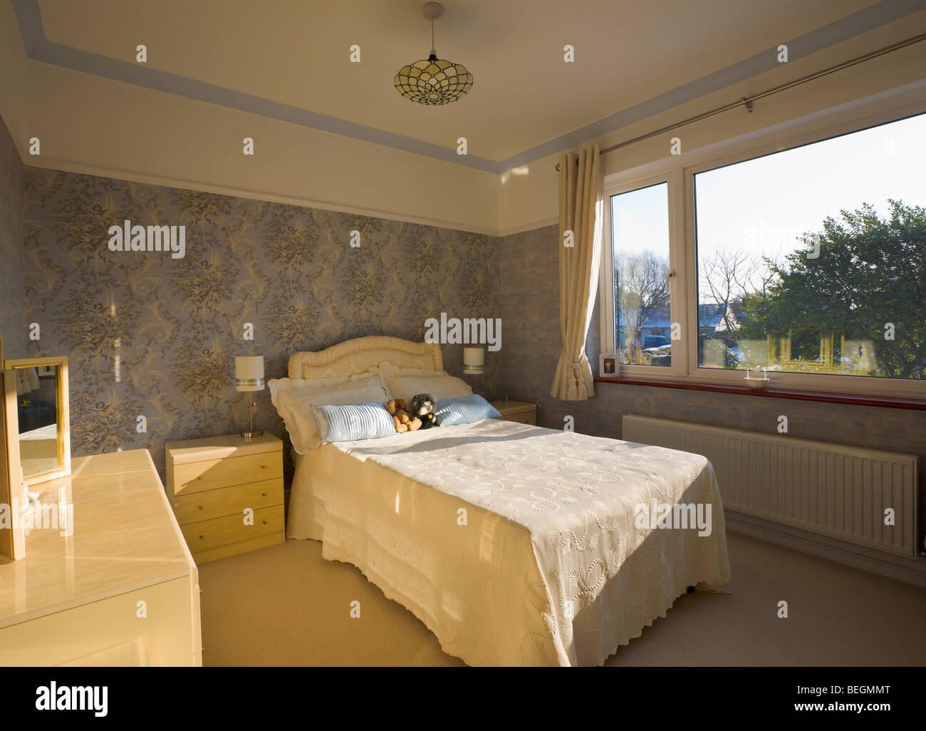 Schlafzimmer mit Doppelbett Stockbild