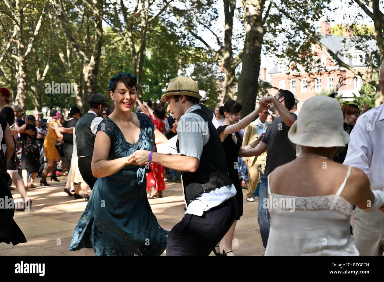 Tanzbegeisterten 20er Jahre Kleidung füllen die al Fresco-Tanzfläche ...
