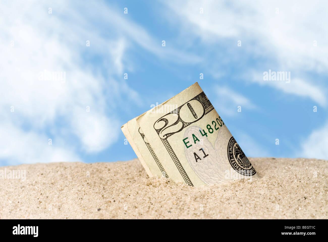 Ein Bündel Geldscheine verloren und fand in den Sand am Strand. Stockbild