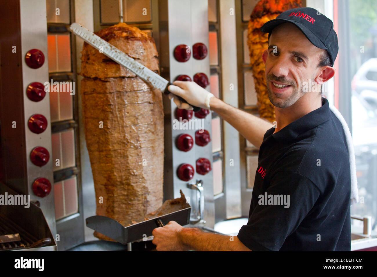 Man Making Kebab Stockfotos & Man Making Kebab Bilder - Alamy