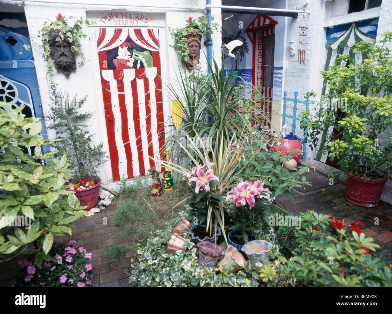 Bunten Pflanzen und grüne Sträucher in Töpfen im kleinen Keller