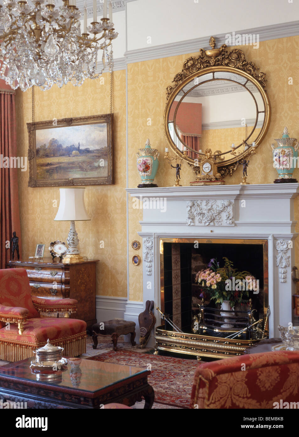Große antike vergoldete Spiegel über verzierten Kamin im Wohnzimmer ...