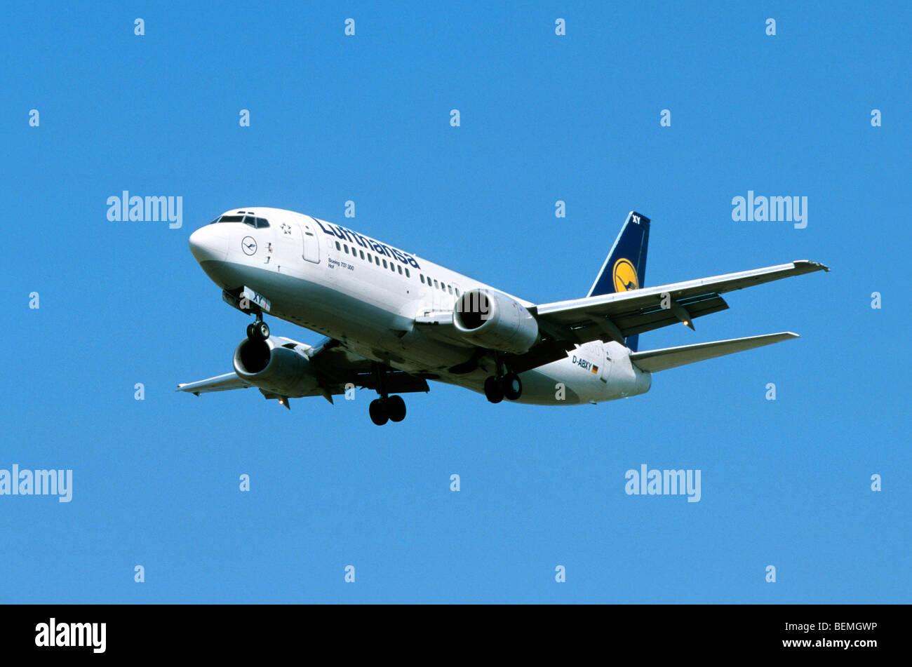 Flugzeug fliegen gegen blauen Himmel Stockbild