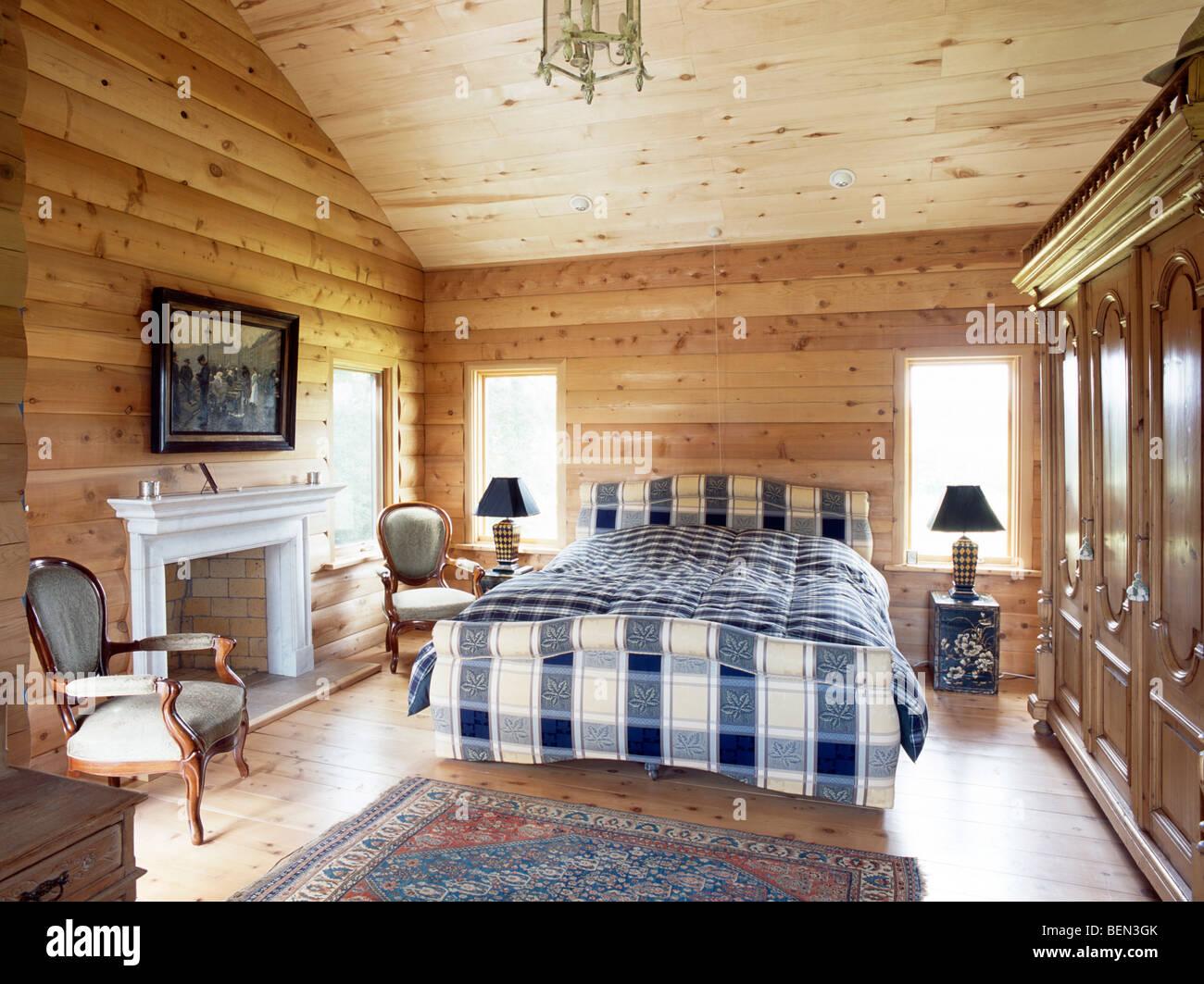 Hochwertig Blaue + Weiße Bettwäsche Auf Bett Im Land Schlafzimmer Mit Kiefern Log  Getäfelten Wände Und Die Decke Kiefer