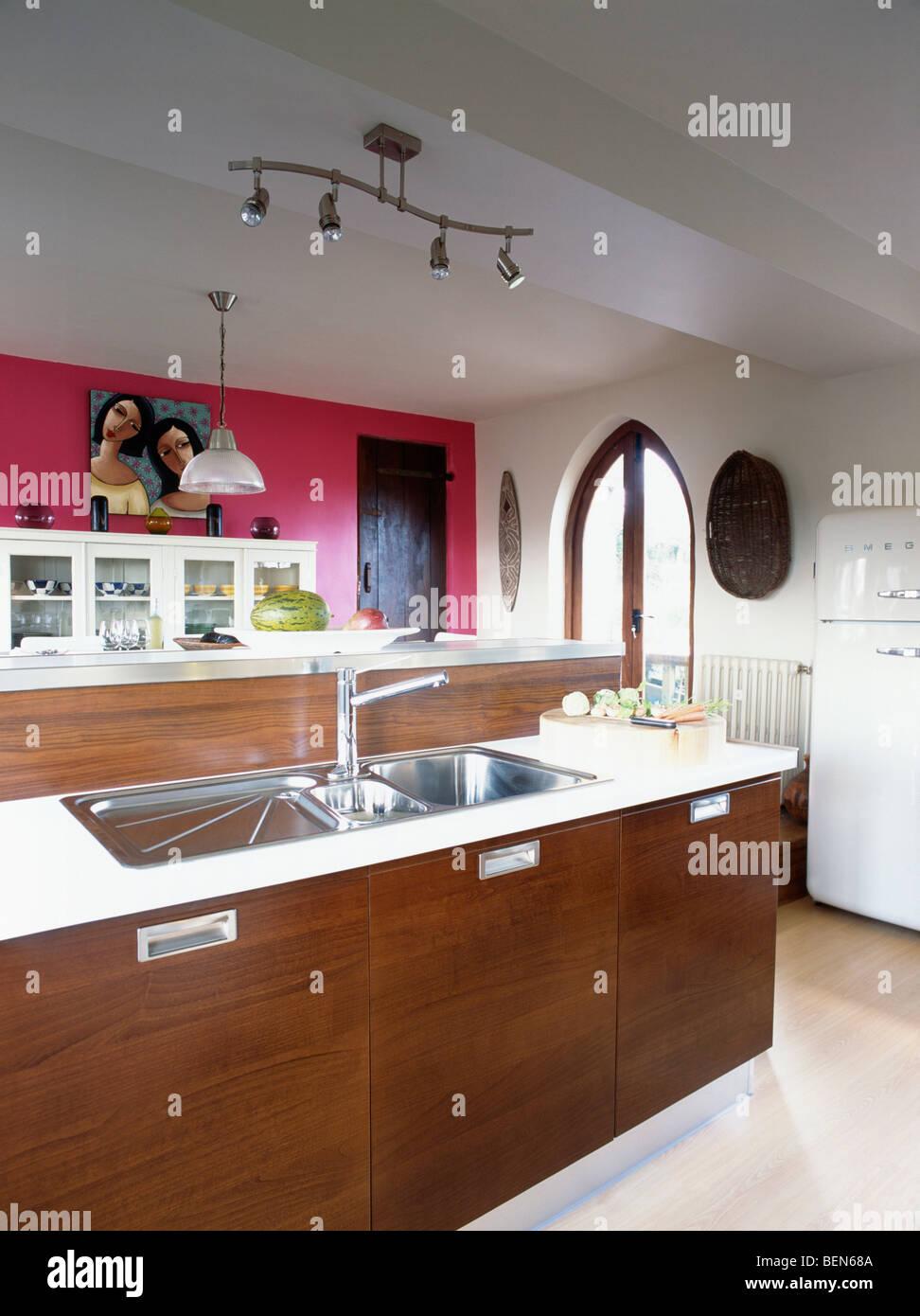 Moderne küchen mit insel an der wand  Doppelte Edelstahl versinkt im dunklen Holz Insel Einheit in ...