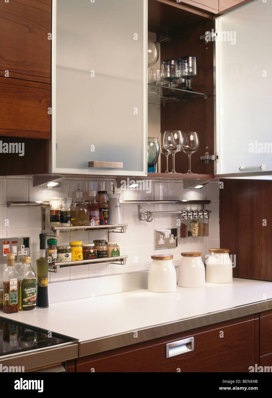 Nahaufnahme der Küchenschrank mit opak verglasten Türen öffnen über ...
