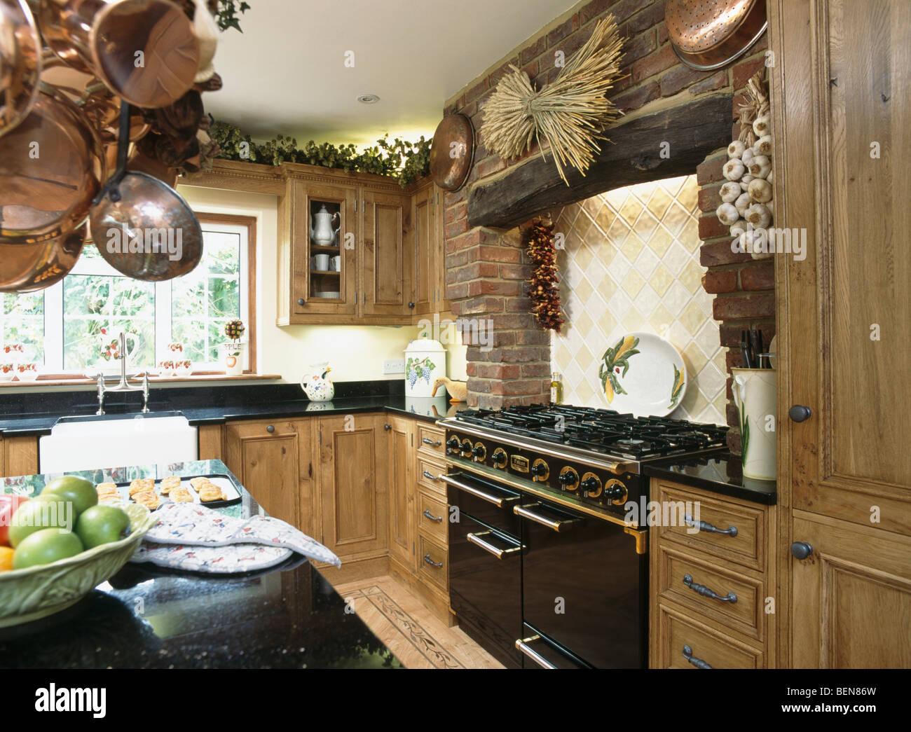 Schwarzen Herd im Landhaus-Küche mit eingebauten Eiche Einheiten ...