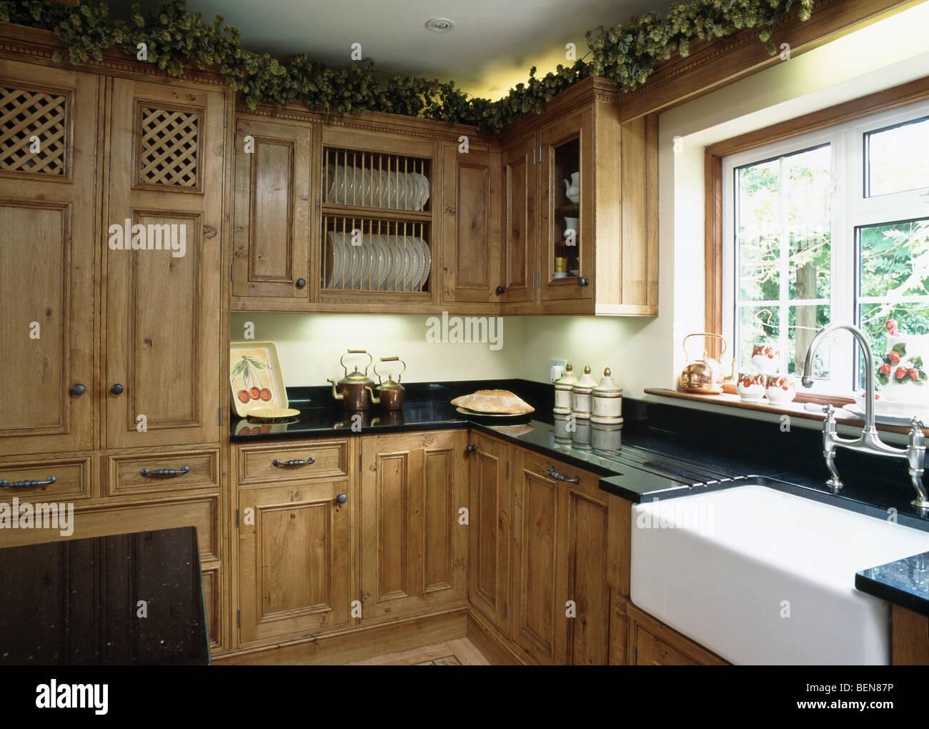 belfast waschbecken unter fenster im landhaus k che mit eingebauten eiche einheiten stockfoto. Black Bedroom Furniture Sets. Home Design Ideas