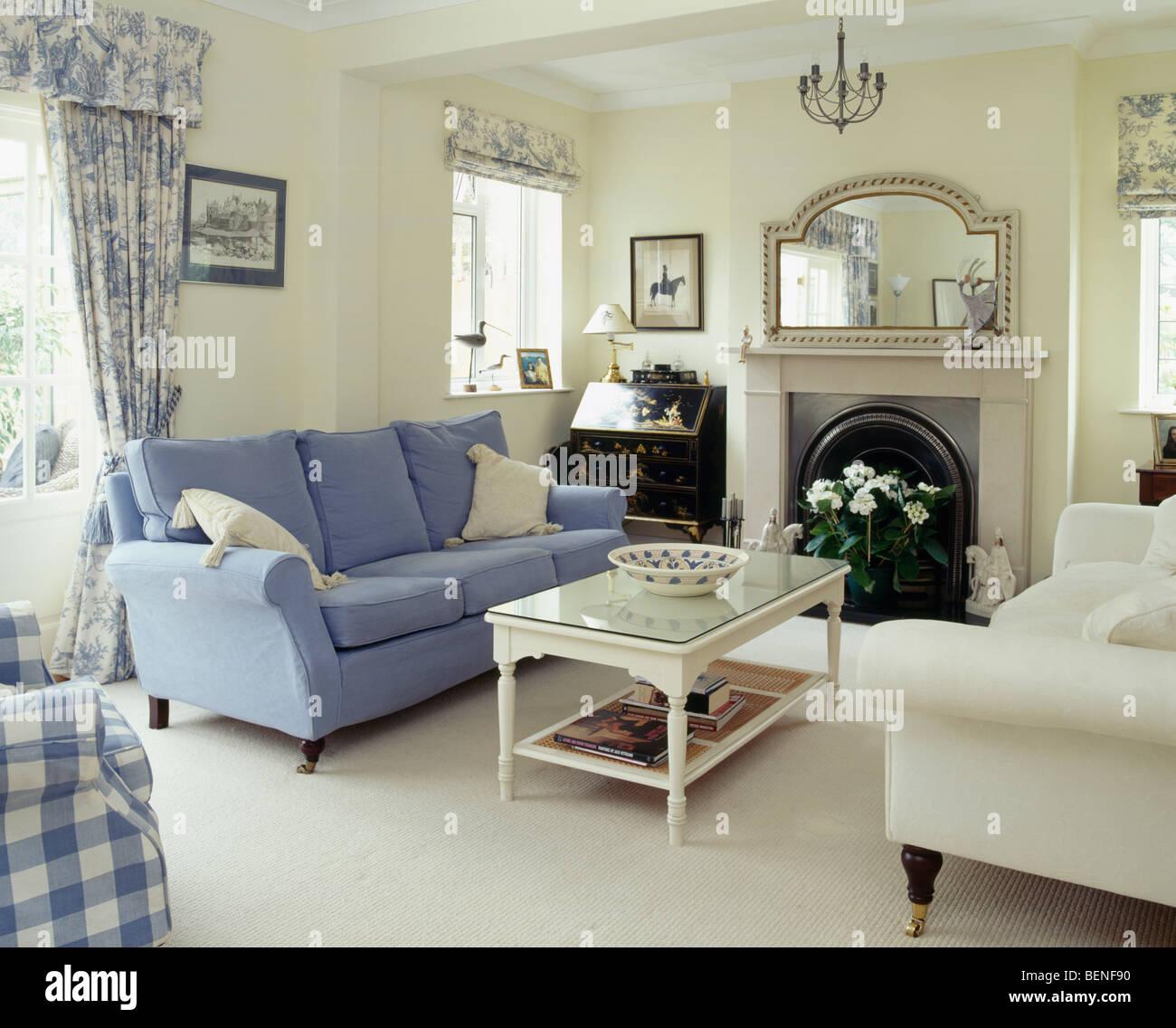 Blauen Und Cremefarbenen Sofas Auf Beiden Seiten Des Kamins In Creme Wohnzimmer Mit Sahne Teppich Weisse Glasplatte Couchtisch
