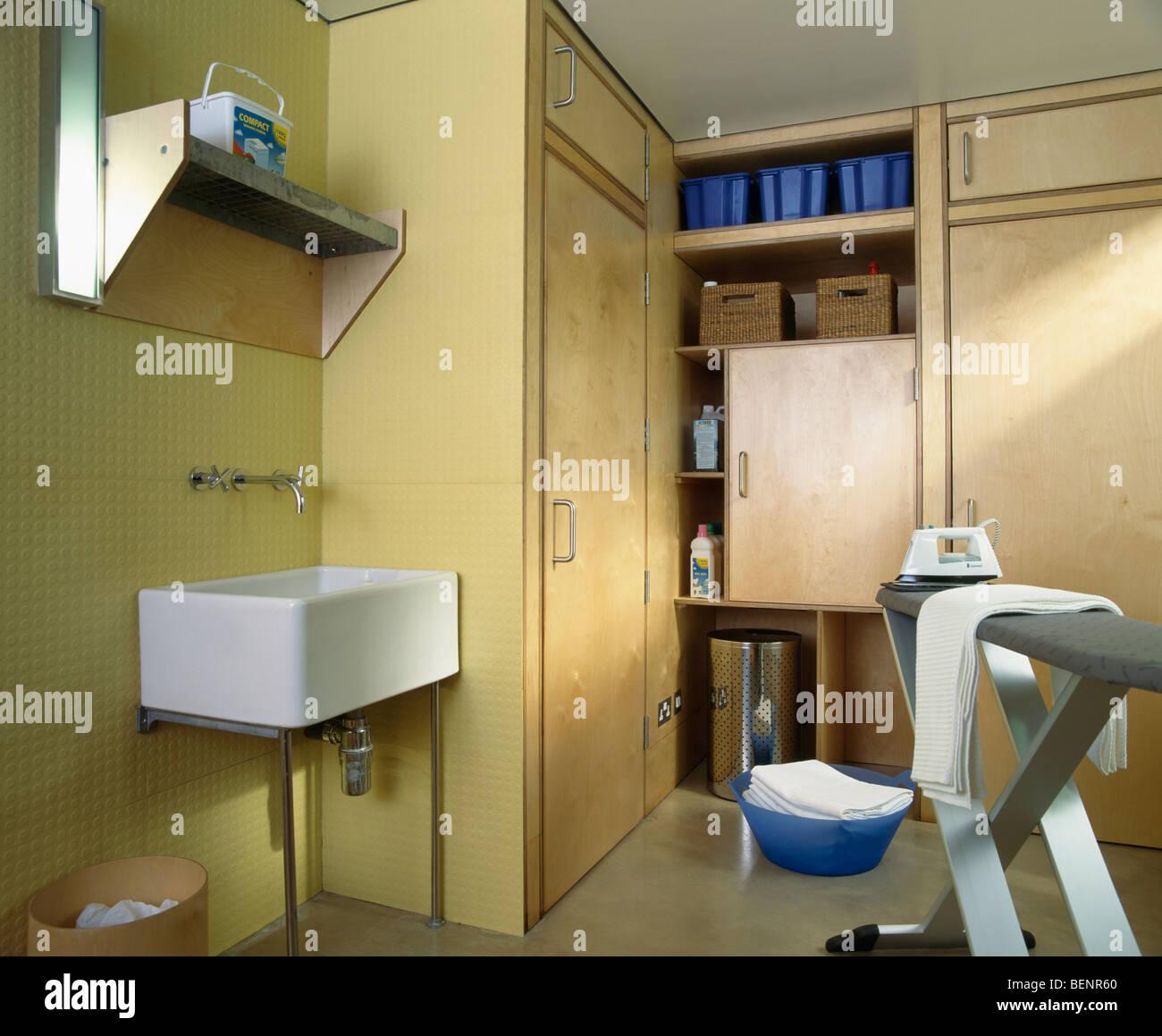 Bügeleisen /-Brett in modernen Hauswirtschaftsraum mit weißen ...