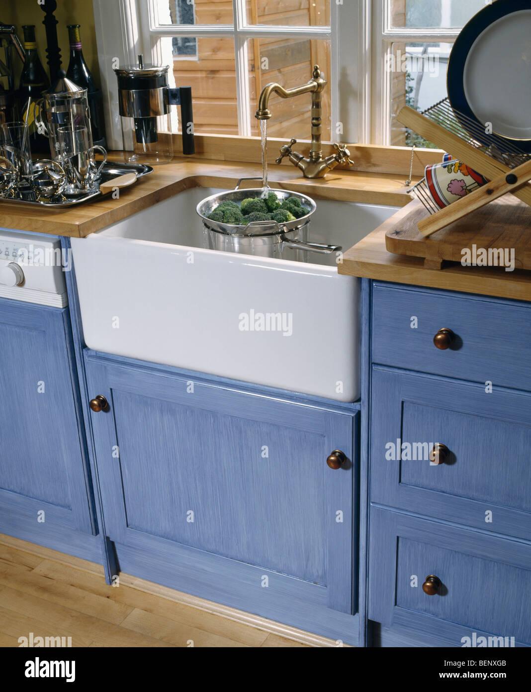 Nahaufnahme von Belfast Waschbecken unter Fenster in der Küche mit ...