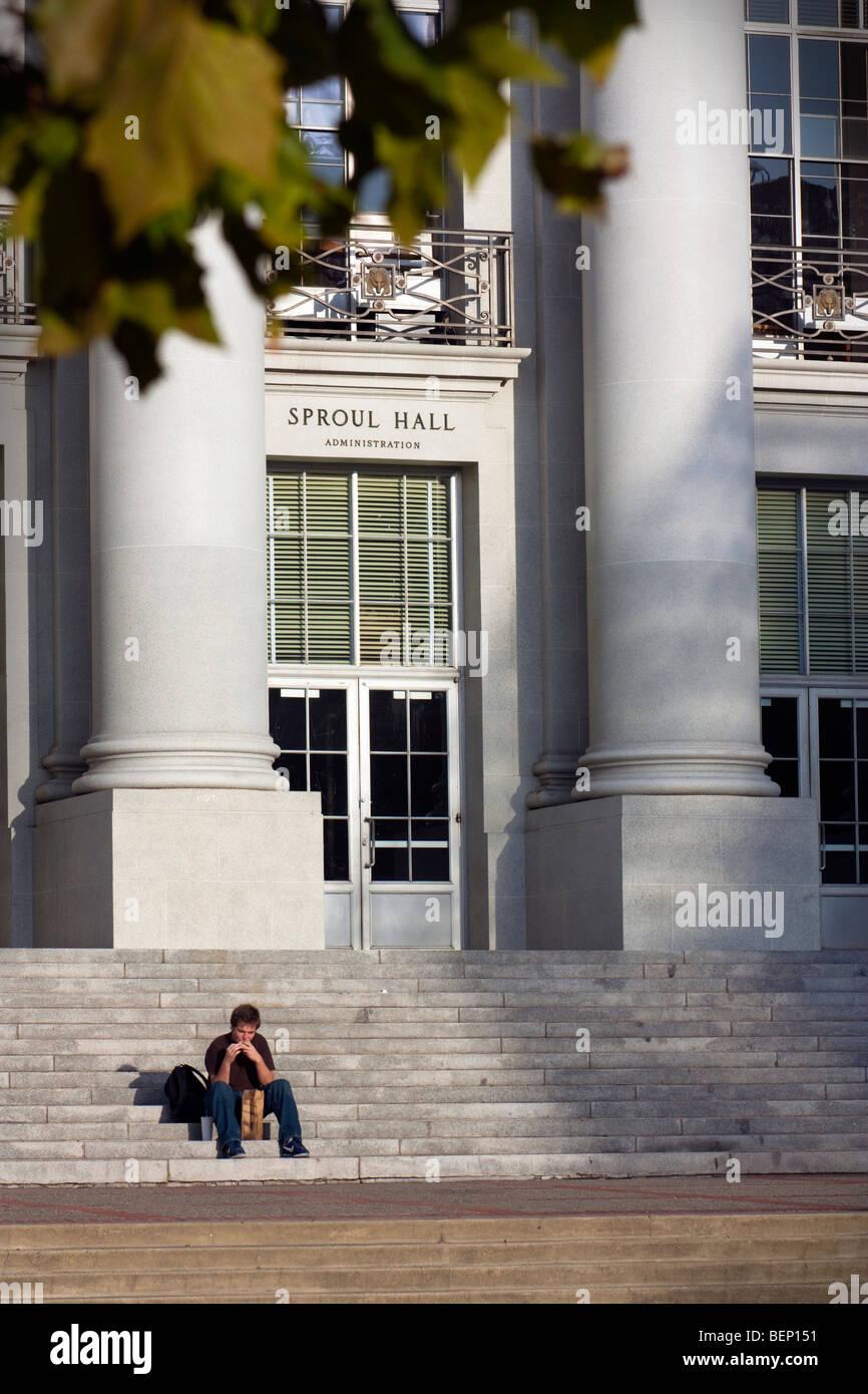 Ein Student, Essen eine braun-Tasche selbst auf den Stufen des Sproul Hall an der UC Berkeley. Stockbild