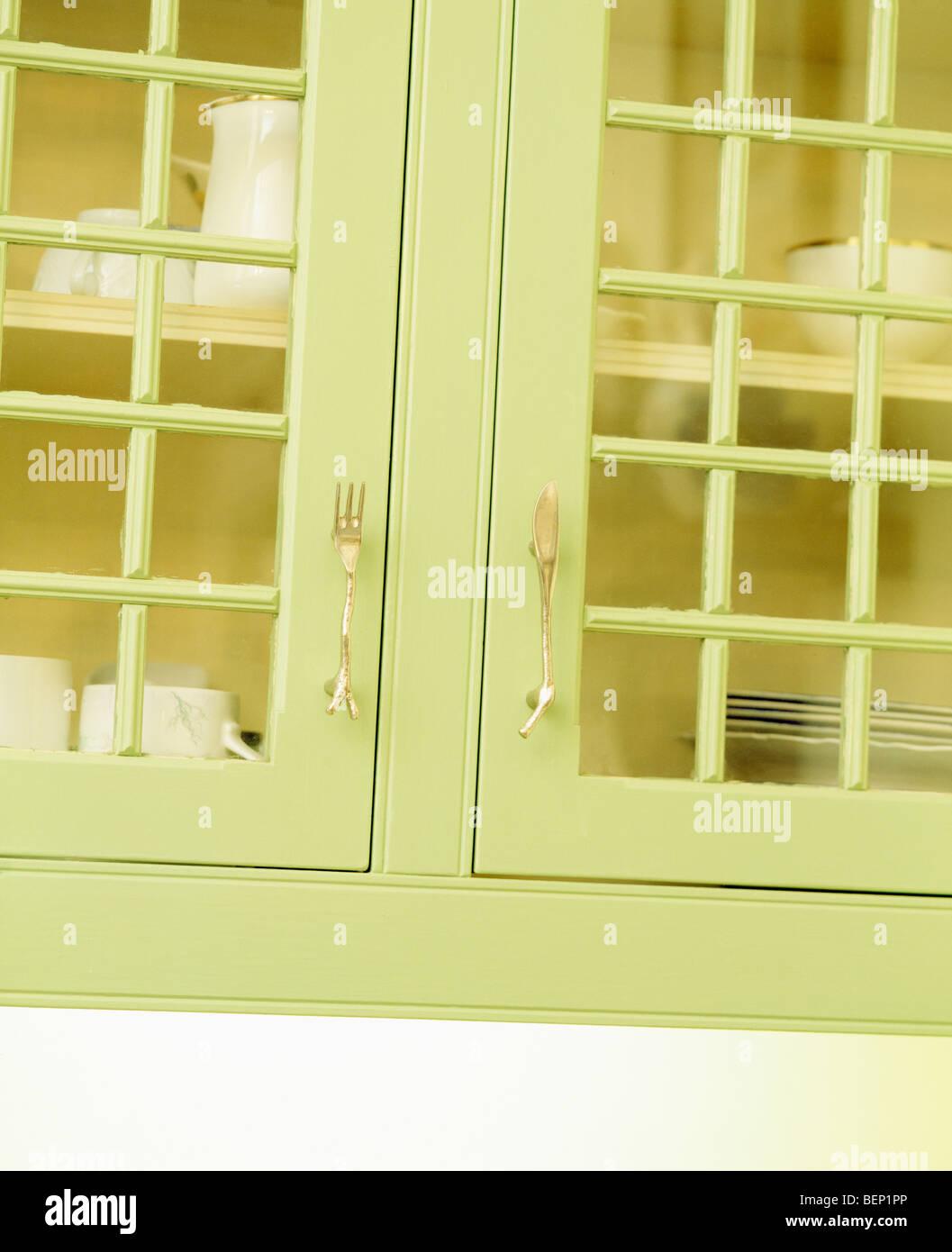 Nahaufnahme des grünen Küchenschrank mit Glastüren Stockfoto, Bild ...