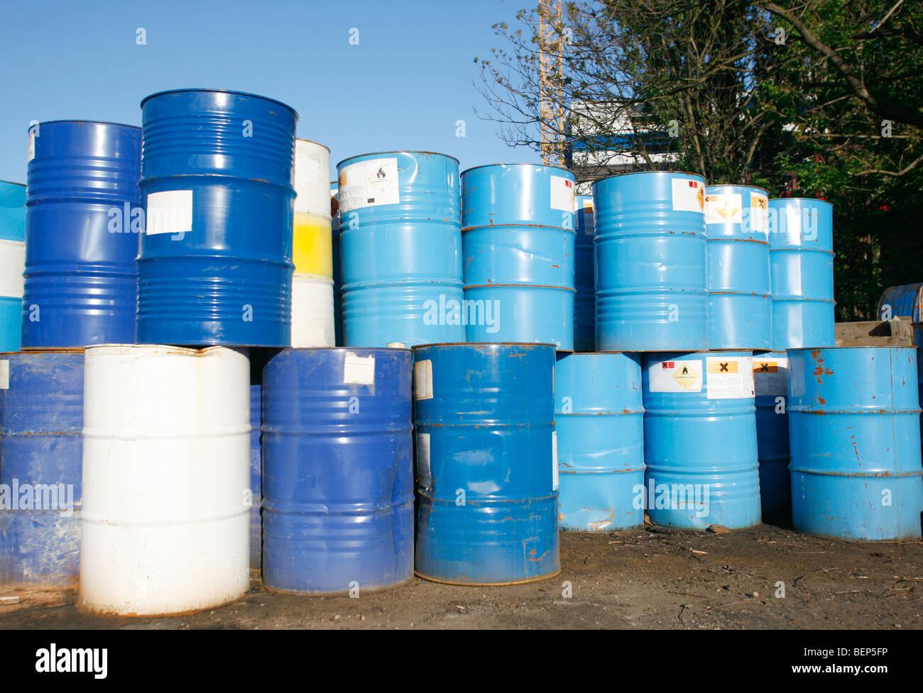 Geliebte Blaue und weiße Fass Container Ölfässer in Schrottplatz Stockfoto #FF_94