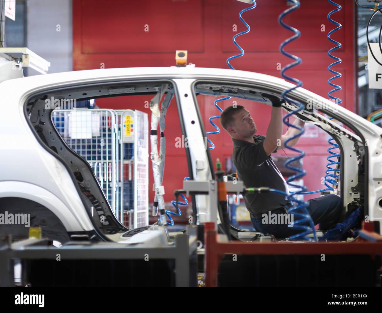 Arbeiter, die Montage Auto am Fließband Stockbild