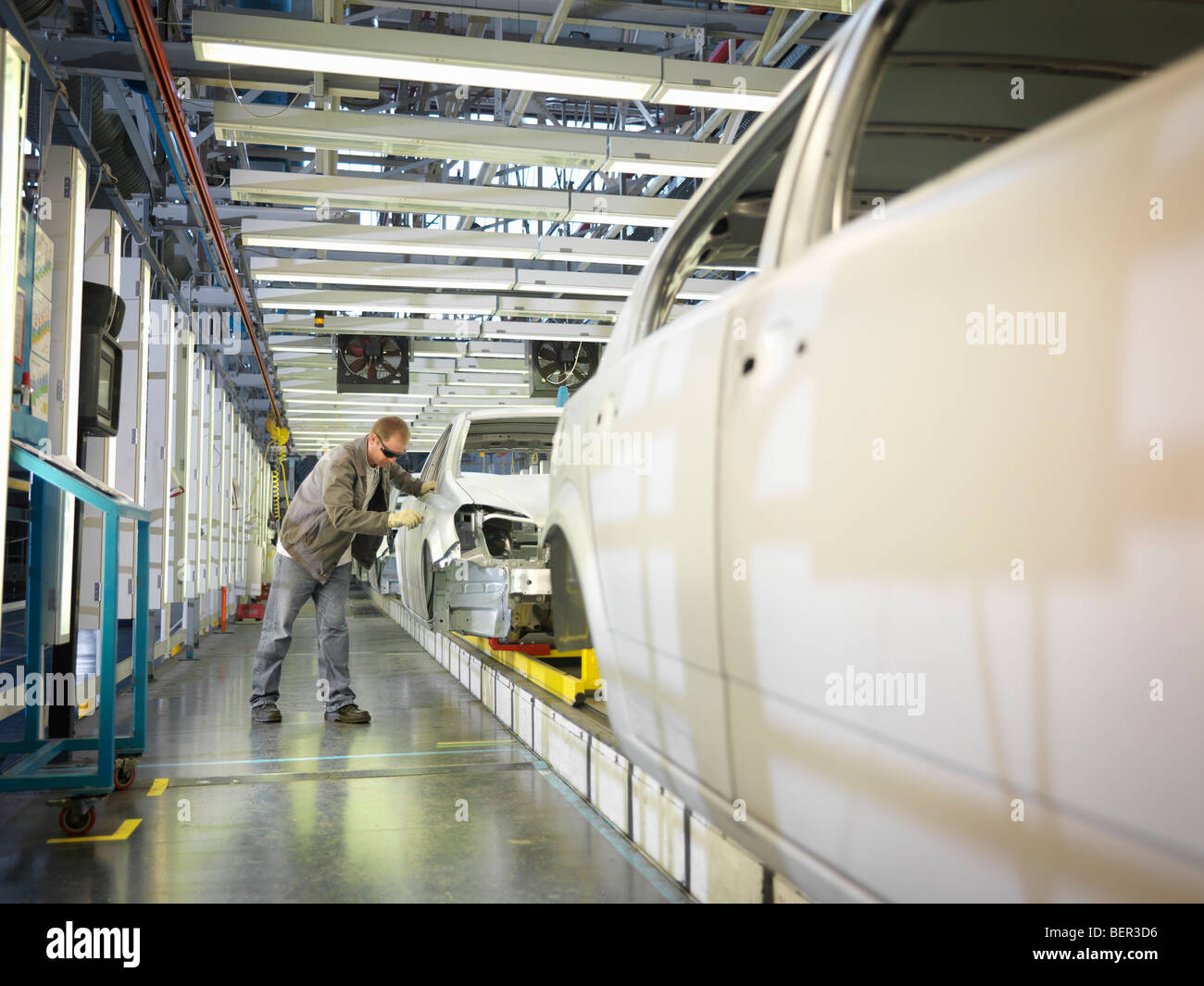 Auto Arbeiter am Fließband Stockbild
