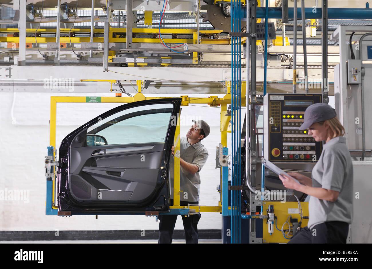 Arbeiter, die Inspektion Autotür im Werk Stockbild