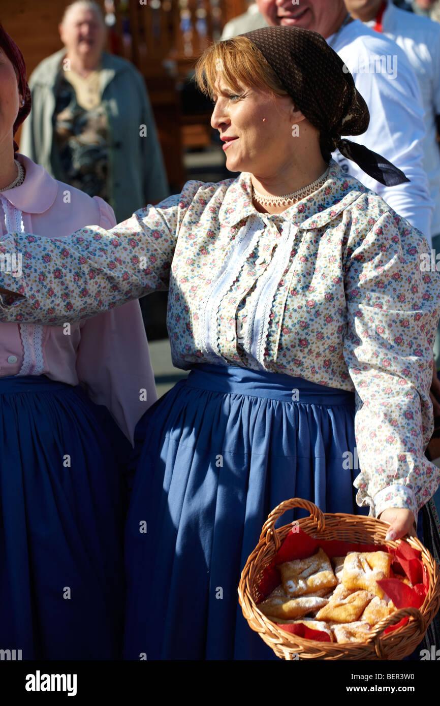 Frau in Tracht von Györ - Ungarn Stockbild