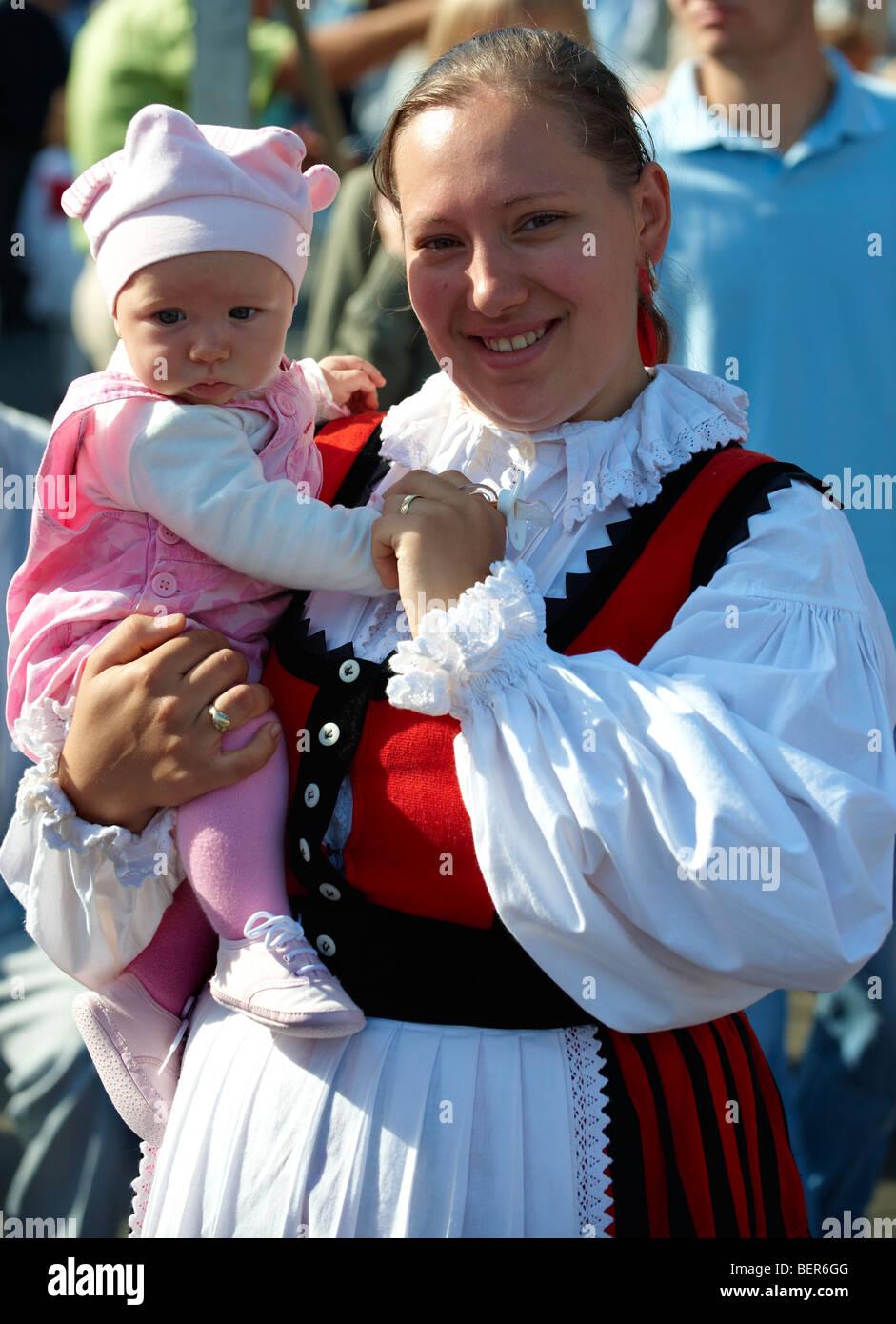 Mutter und Baby in traditioneller Tracht - Ungarn Stockbild