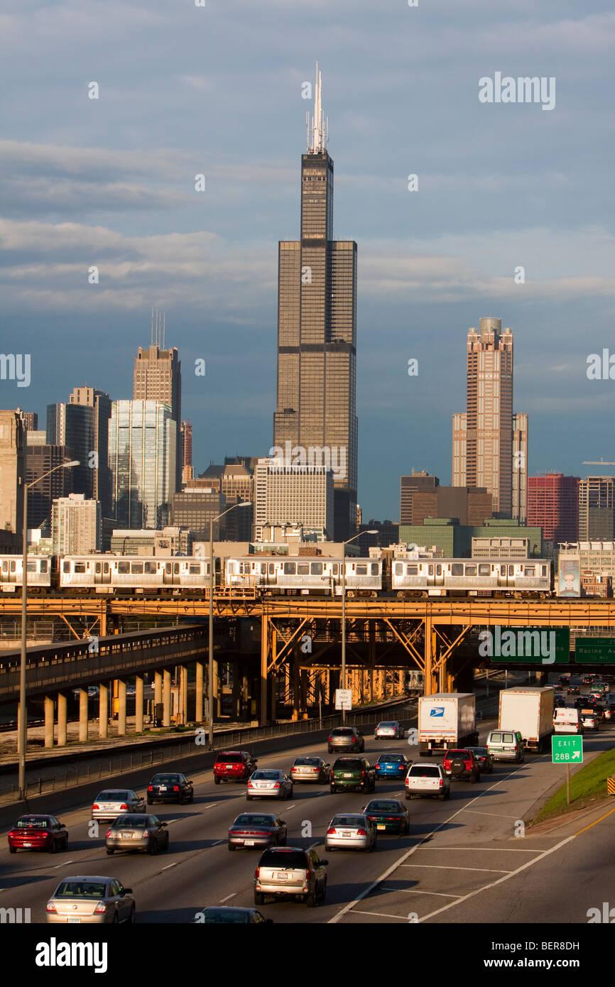 Die Sears (Willis) Turm erhebt sich über der Stadt von Chicago als Feierabendverkehr und L Züge unten. Stockbild